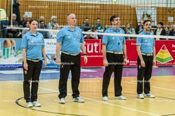 2016_001_BLM_Netzhoppers-Rottenburg | Die Schiedsrichter des Spiels: v.l.n.r.: Julia Zyska (Linie), Ralph Barnsdorf (1. Schiedsrichter), Andre Zander (2. Schiedsrichter) und Mihai Dumitrescu (Linie)