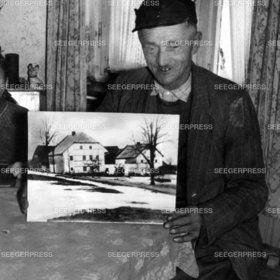 FlŸchtling FlŸchlinge mit dem Bild seines Hofes, Bauer, FlŸchtlingsbauer, Hof, Bauernhof, Notunterkunft Not Elend Nachkrieg Nachkriegszeit Flucht und Vertreibung 2. II. Weltkrieg sw Foto