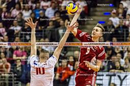 2016_173_OlympiaQuali_Halbfinale_Frankreich-Polen | Angriff BIENIEK Mateusz (#9 Polen) gegen Block LE ROUX Kevin (#10 Frankreich)