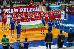 2016_007_OlympiaQualiFrankreich-Bulgarien | bulgarische Nationalhymne mit Fahne - NIKOLOV Vladimir (c) (#11 Bulgarien), IVANOV Vladislav (#16 Bulgarien), TODOROV Teodor (#14 Bulgarien), SALPAROV Teodor (#13 Bulgarien), GRADINAROV Miroslav (#7 Bulgarien), BOZHILOV Martin (#4 Bulgarien), SKRIMOV Todor (#8 Bulgarien), YOSIFOV Viktor (#12 Bulgarien), UCHIKOV Nikolay (#10 Bulgarien), UCHIKOV Nikolay (#10 Bulgarien), AGONTSEV Lubomir (#20 Bulgarien), ANANIEV Metodi (#2 Bulgarien), BRATOEV Georgi (#1 Bulgarien), NIKOLOV Nikolay (#18 Bulgarien) und PENCHEV Nikolay (#17 Bulgarien) - Mannschaftsfoto