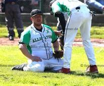 Foto: Michael Stemmer | © Michael Stemmer Baseball, Verbandsliga  Datum: 30.4.2017 Spiel: Elmshorn Alligators – Flensburg Baltics verletzt: Coach  Dennis Scherfisee    (Elmshorn Alligators)