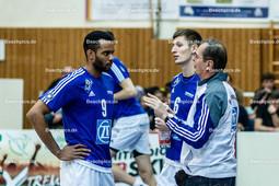 2016_030_BLM_Netzhoppers-Friedrichshafen | Gäste-Trainer Steilen Moculescu (VfB Trainer) im Gespräch mit Marc Anthony Honoré (VfB #9)