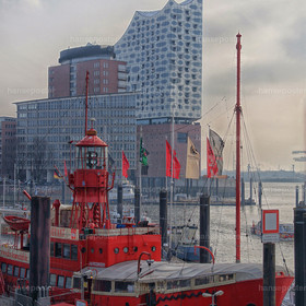Elbphilharmonie mit Feuerschiff