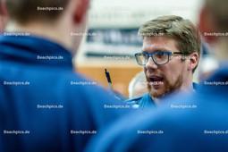 2016_005_BLM_Netzhoppers-Lüneburg | Stefan Hübner (SVG Trainer) vor dem Spiel