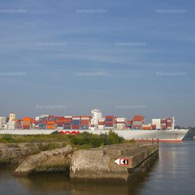 Bunker mit Containerschiff