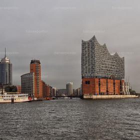 Blick zur Hafencity mit Raddampfer