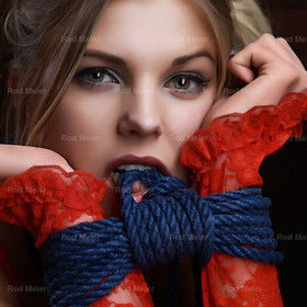 Bite me - Fine Art of Bondage | Bondage Beauty Portrait mit Handschellen aus blauem Seil und roter Spitze. Foto&Retouch - Rod Meier, Fotograf, Ulm. Bild für das Fine Art of Bondage Projekt
