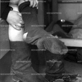 FlŸchtling, Socken, Loch, Schuhe anziehen, Stiefel, schmutzig, abgetragen, Not Elend Nachkrieg Nachkriegszeit, Flucht und Vertreibung 2. II. Weltkrieg sw Foto